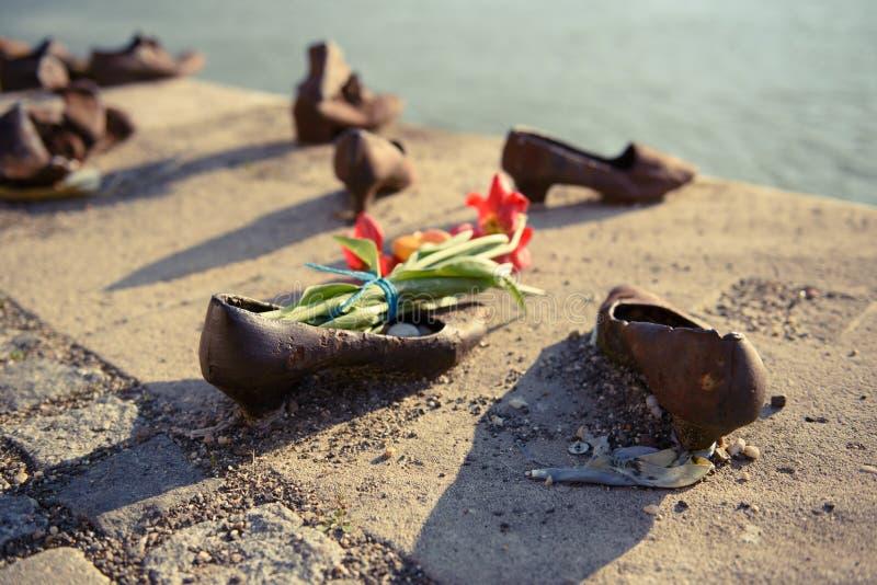 Zapatos en el terraplén de Danubio fotografía de archivo libre de regalías