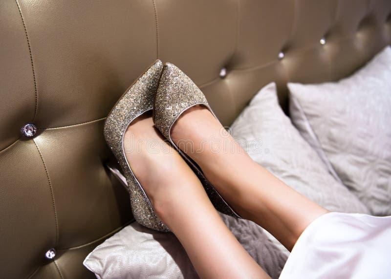 Zapatos en la cama de oro fotografía de archivo