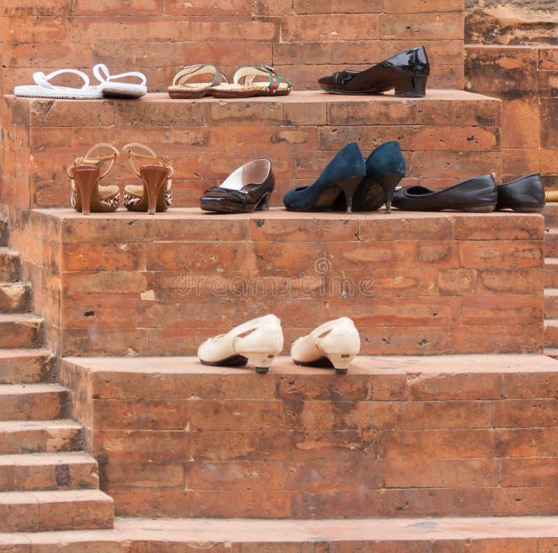 Zapatos en la entrada de una mezquita fotos de archivo for Gabinete de zapatos para la entrada