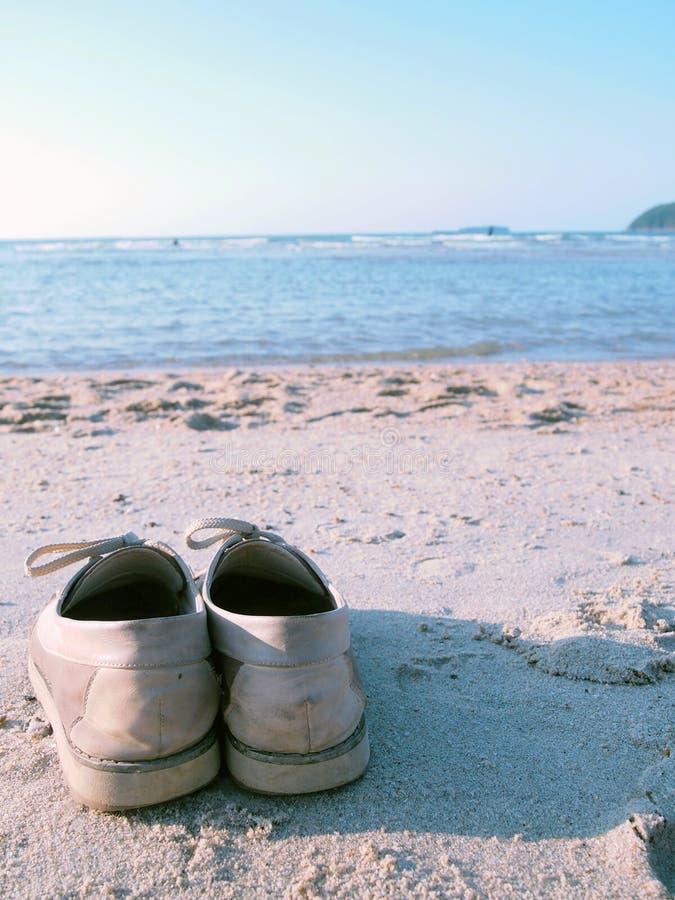 Zapatos en la playa imagen de archivo libre de regalías