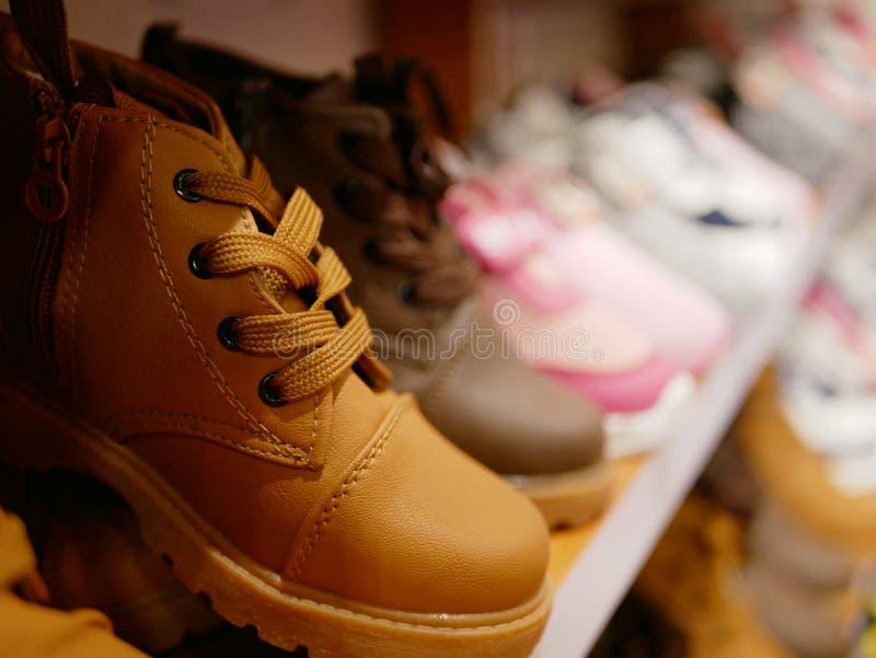Zapatos en la venta para pocos bebés en estantes fotos de archivo libres de regalías