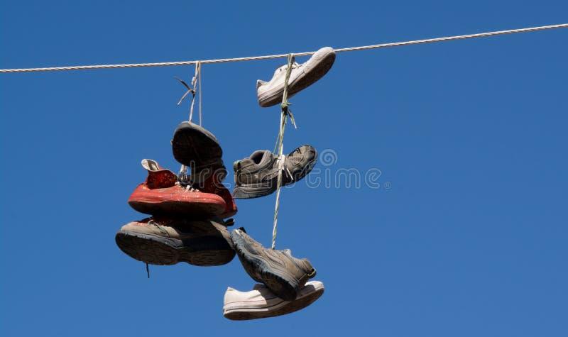 Zapatos en un alambre fotos de archivo libres de regalías