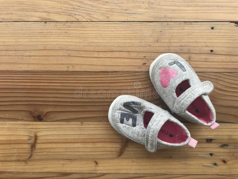 """Zapatos grises de la niña linda con el  del """"love†de la palabra imágenes de archivo libres de regalías"""