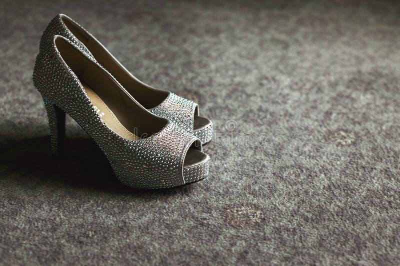 Zapatos grises elegantes elegantes magníficos de la boda con los fragmentos del metal fotos de archivo