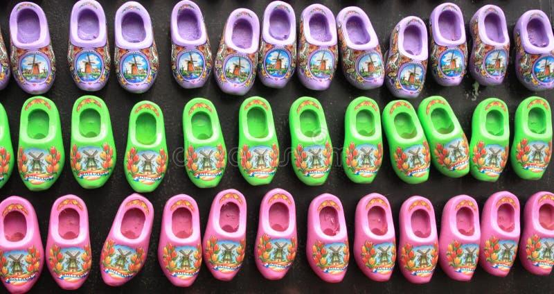Zapatos holandeses típicos estorbos rojos tradicionales de Amsterdam comprados como regalos del recuerdo fotografía de archivo libre de regalías