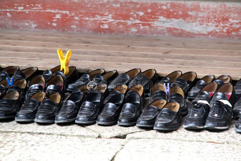 Zapatos japoneses de la escuela del templo fotos de archivo libres de regalías
