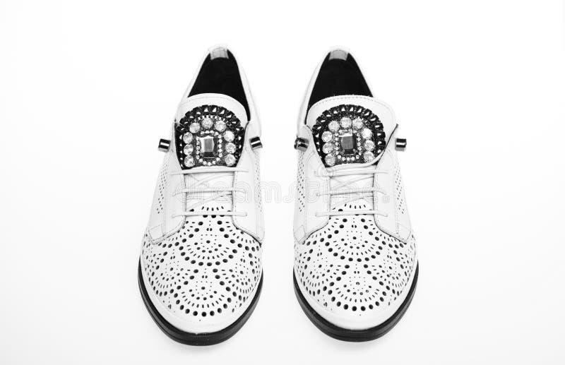 Zapatos ligeros modernos cómodos de Oxford en el fondo blanco, aislado Pares de zapatos cómodos de los oxfords hembra imagen de archivo