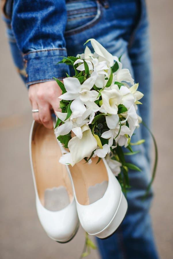 Zapatos modernos de la boda fotografía de archivo