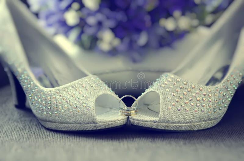 Zapatos moldeados de la novia imagen de archivo libre de regalías