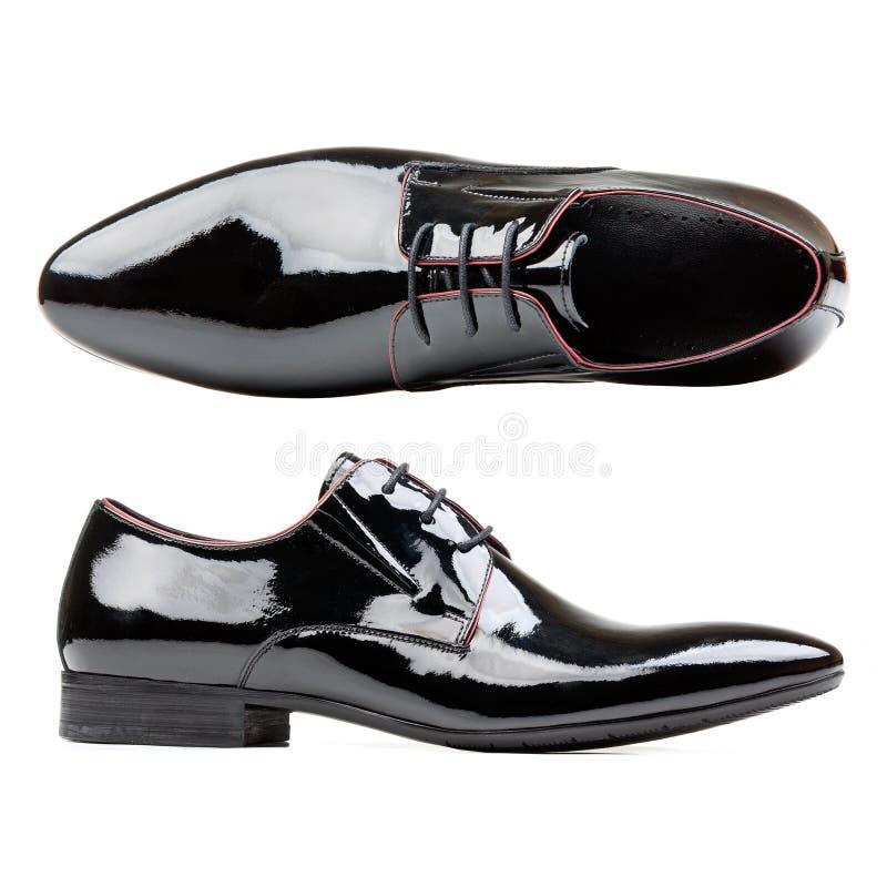 Zapatos negros de los hombres del cuero de patente contra blanco imágenes de archivo libres de regalías