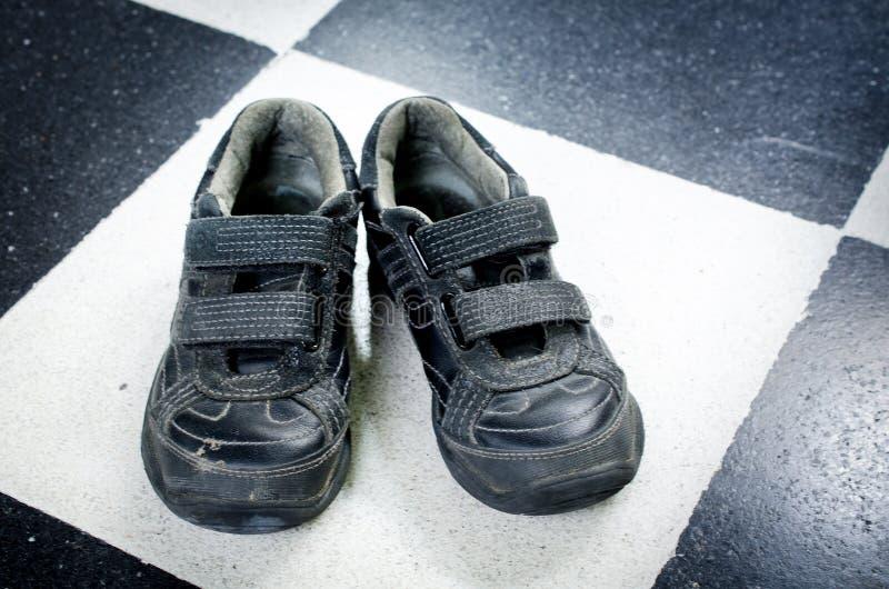 Zapatos negros del niño fotografía de archivo libre de regalías