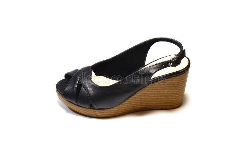 Zapatos negros del tacón alto de la mujer, zapatos del slingback, zapatos macizos del talón, imágenes de archivo libres de regalías