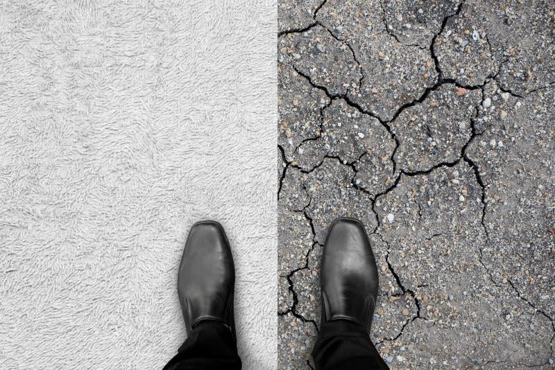 Zapatos negros que se colocan en la alfombra y la tierra foto de archivo