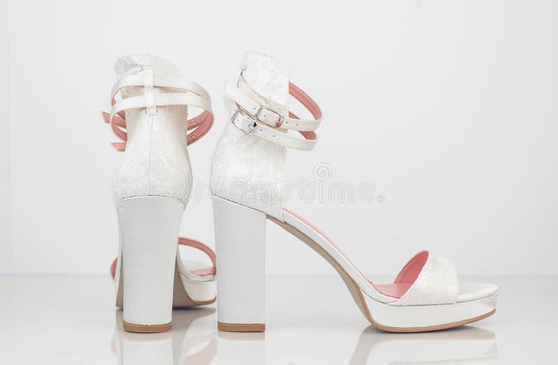 Zapatos nupciales atados lujo elegante de la boda en el Cl blanco del fondo imágenes de archivo libres de regalías