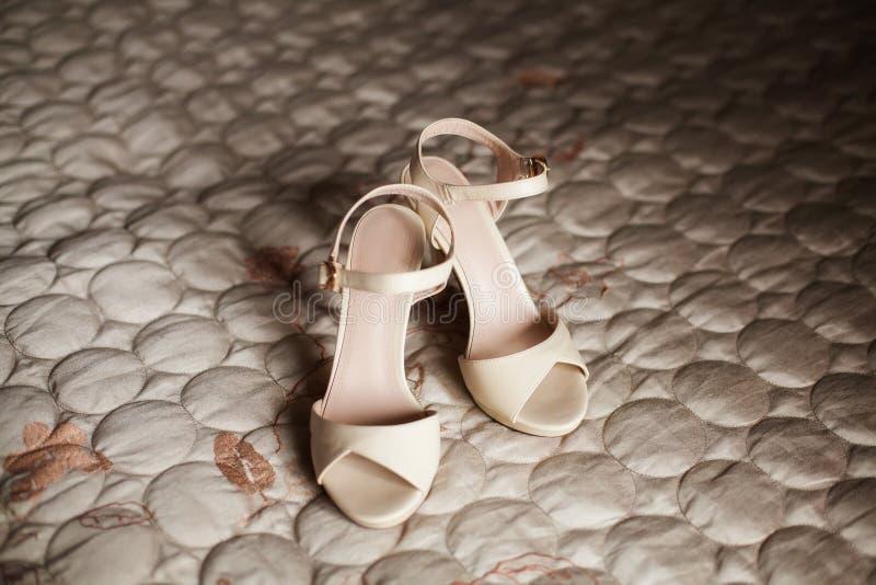 Zapatos nupciales beige elegantes de la boda concepto de la boda fotos de archivo libres de regalías