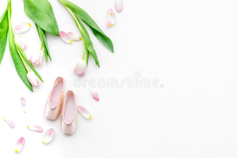 Zapatos profesionales de la danza Concepto del ballet Pointes en el espacio blanco de la copia de la opinión superior del fondo imagenes de archivo