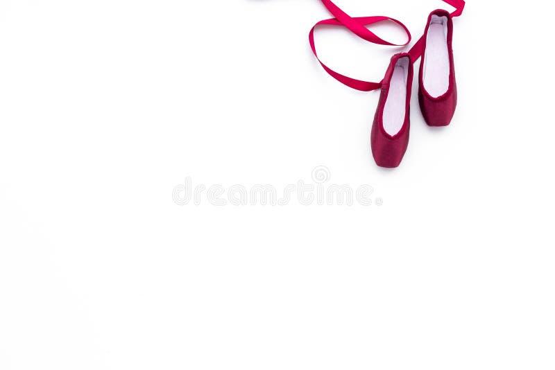 Zapatos profesionales de la danza Concepto del ballet Pointes en el espacio blanco de la copia de la opinión superior del fondo imagen de archivo libre de regalías