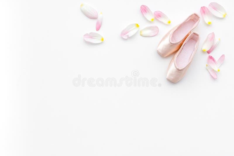 Zapatos profesionales de la danza Concepto del ballet Pointes en el espacio blanco de la copia de la opinión superior del fondo foto de archivo libre de regalías