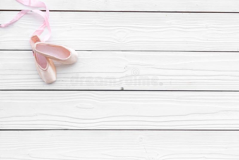 Zapatos profesionales de la danza Concepto del ballet Pointes en el espacio de madera blanco de la copia de la opinión superior d imagenes de archivo