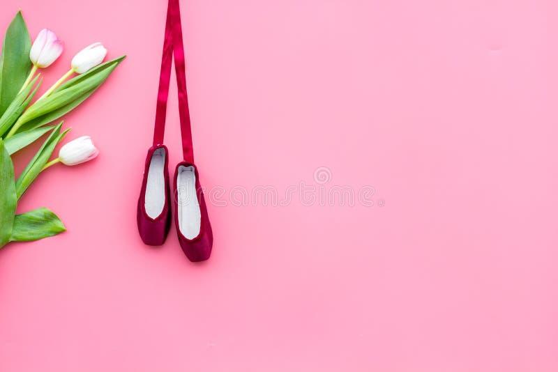 Zapatos profesionales de la danza Concepto del ballet Pointes en espacio rosado de la copia de la opinión superior del fondo foto de archivo