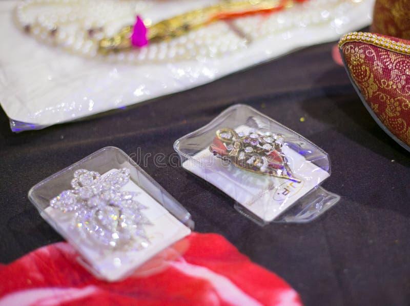 Zapatos que se casan indios rojos o zapatos étnicos y casarse los accesorios de vestir foto de archivo