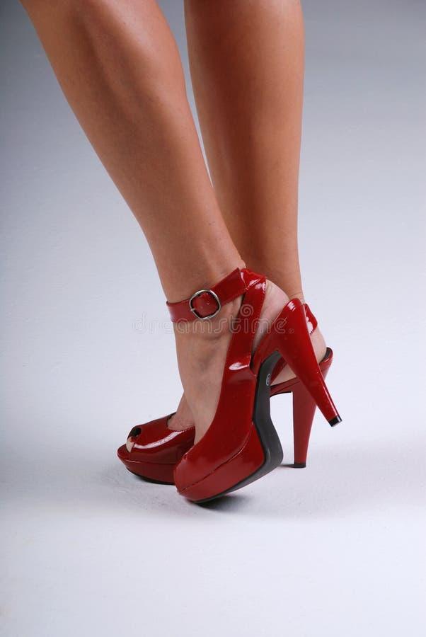 Zapatos rojos atractivos.