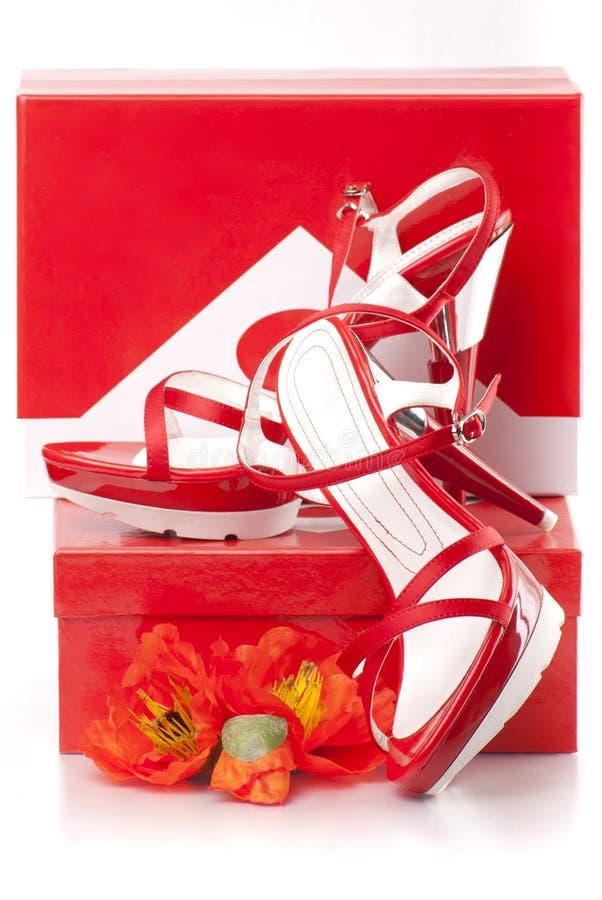 Zapatos rojos con las cajas foto de archivo libre de regalías