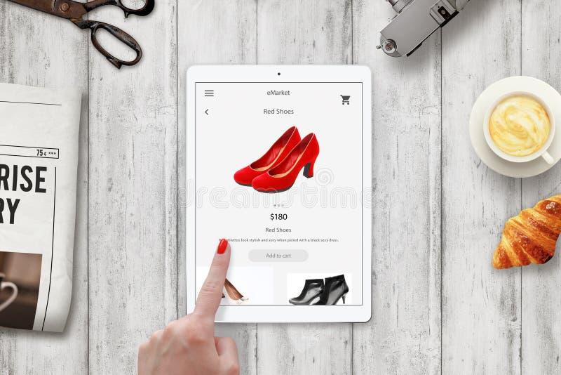 Zapatos rojos de las compras en línea de la mujer con la tableta imagen de archivo libre de regalías