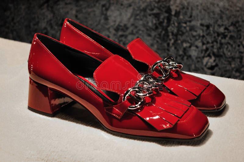 Zapatos rojos de las mujeres de la laca imagenes de archivo