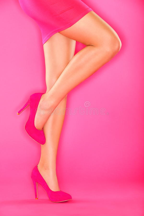 Zapatos Rosados De Los Altos Talones En Color De Rosa Fotografía de archivo