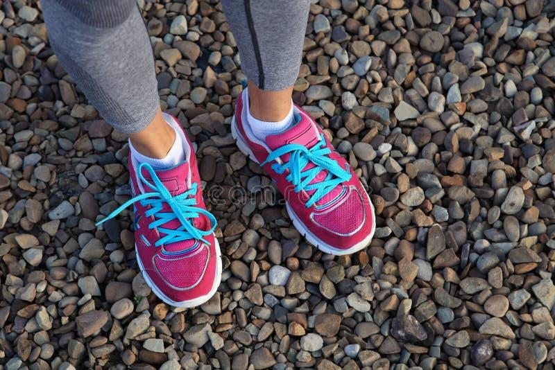 Zapatos rosados de los deportes en la grava fotografía de archivo libre de regalías