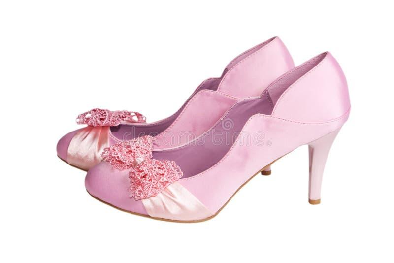 Zapatos rosados del satén aislados en un blanco imagen de archivo libre de regalías