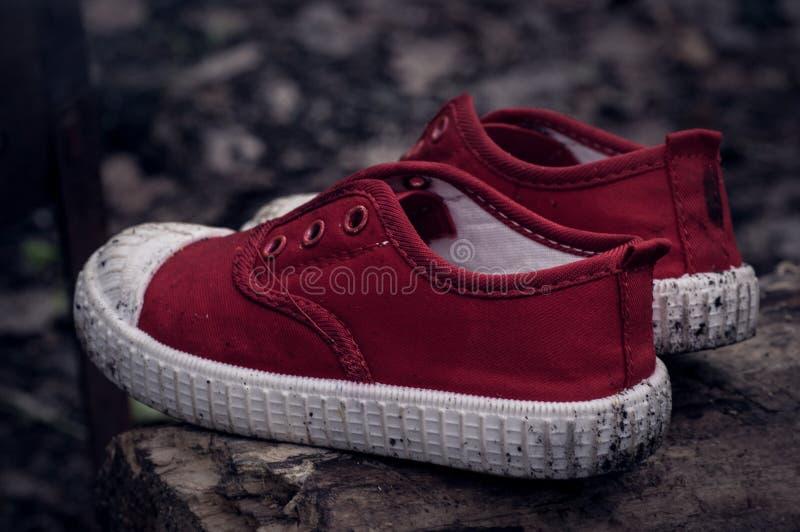 Zapatos sucios solos del ` s de los niños imagen de archivo libre de regalías