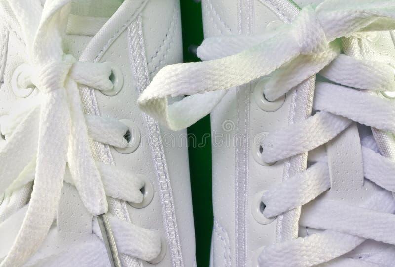 Zapatos tenis blancas fotografía de archivo libre de regalías