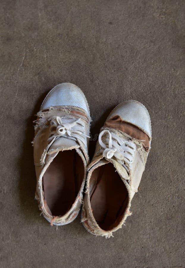 Zapatos viejos del estudiante imágenes de archivo libres de regalías