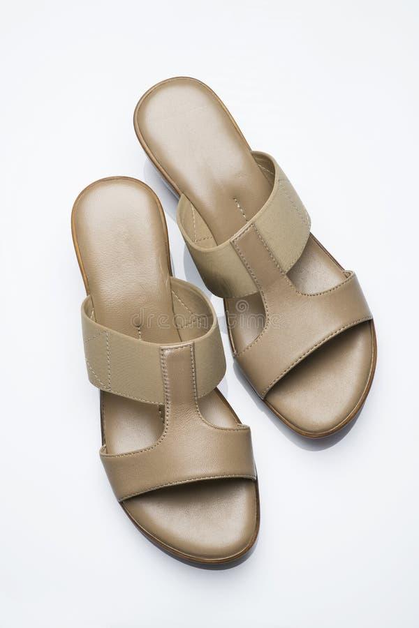 Zapatos: Vista superior de los pares de la sandalia de las mujeres aislados en el fondo blanco tirado en estudio foto de archivo