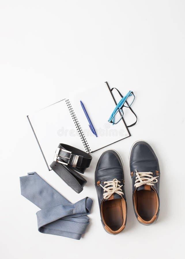 Zapatos y accesorios del ` s de los hombres en blanco imagen de archivo
