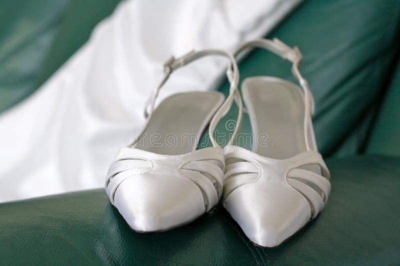 Zapatos y alineada de la boda fotos de archivo
