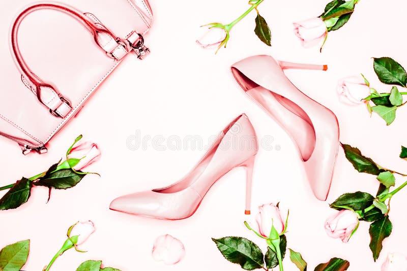 Zapatos y bolso del tacón alto de las mujeres del rosa en colores pastel en fondo rosado Endecha plana, fondo femenino de la moda fotos de archivo libres de regalías