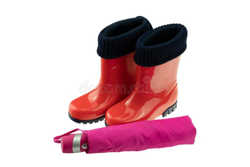 Zapatos y botas de los niños Primer de las botas de goma rojas de un par y imagen de archivo