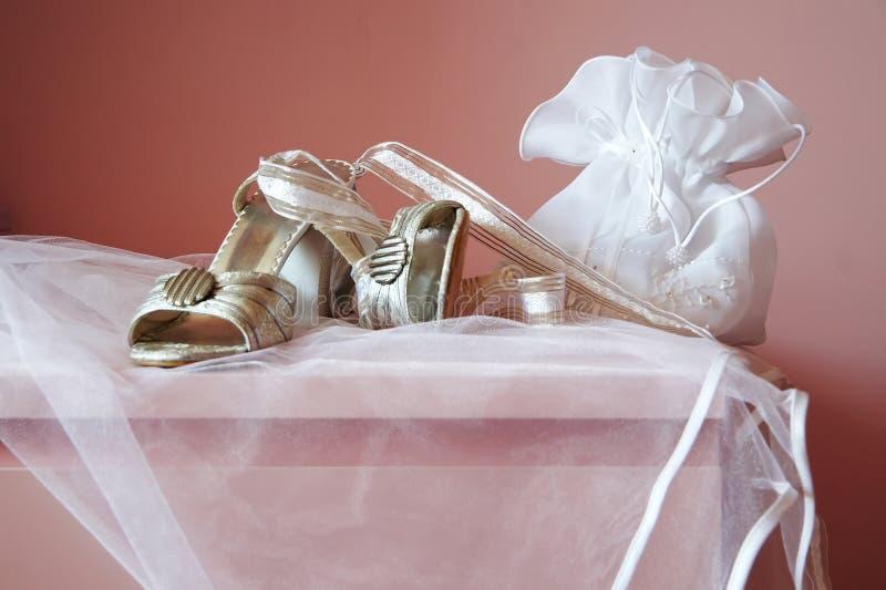 Zapatos y carro-bolso de la novia imagen de archivo