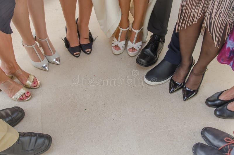 Zapatos y huéspedes nupciales en un círculo foto de archivo libre de regalías