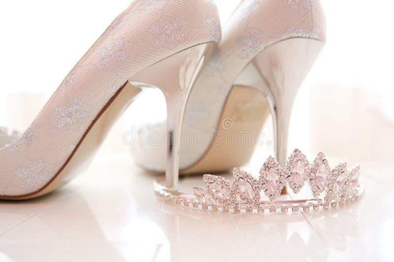 Zapatos y tiara nupciales fotos de archivo libres de regalías