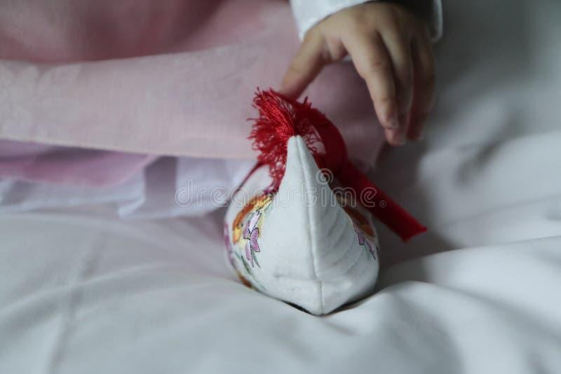 Zapatos y vestido tradicionales coreanos de bebé imagen de archivo libre de regalías