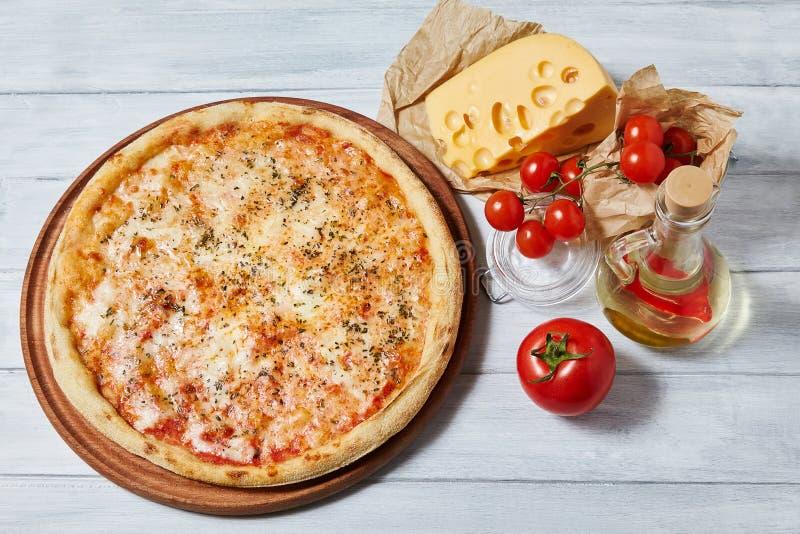 Zaperzona margarita pizza z pomidorowym kumberlandem, mozzarella obrazy stock