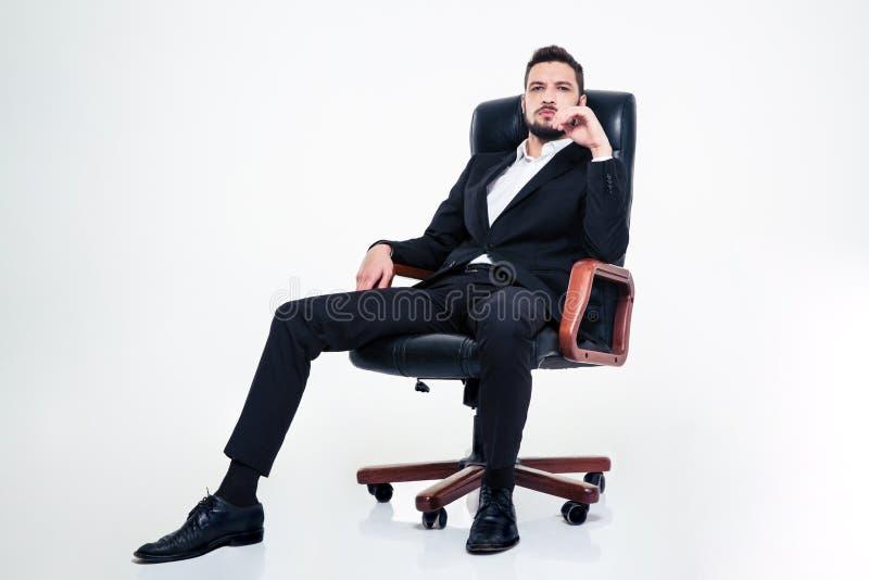 Zapewniony ufny biznesowy mężczyzna z brody obsiadaniem w biurowym krześle obrazy royalty free