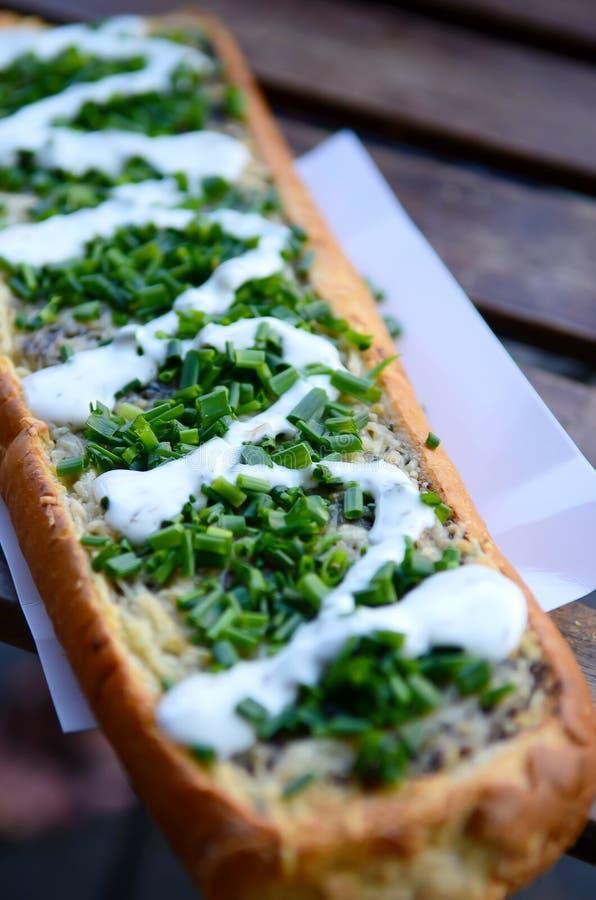 Zapiekanka, comida lixo polonesa sanduíche da aberto-cara feito da metade de um baguette, coberto com cogumelos sautéed, queijo  imagem de stock