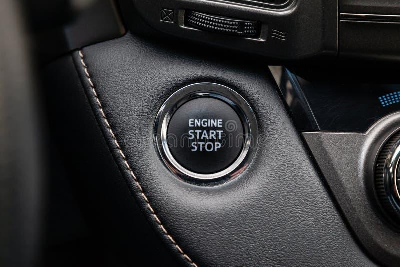 Zapina pocz?tek i obraca daleko zap?on samochodowy silnik na w g?r? deski rozdzielczej, elektryczny klucz nowo?ytnego projekta cz zdjęcia stock