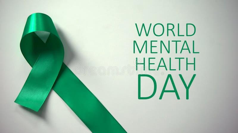 Zapis Światowego Dnia Zdrowia, zielona wstążka na stole, kampania informacyjna fotografia royalty free