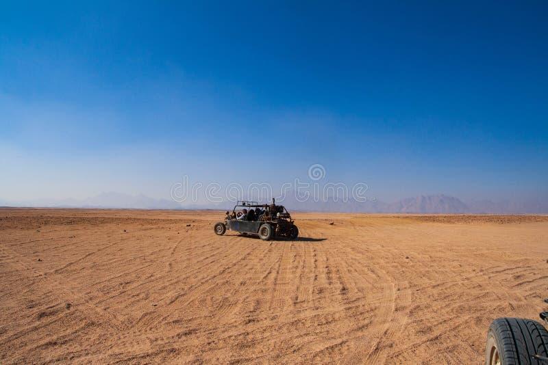 Zapluskwiona przejażdżka przez pustyni obraz stock